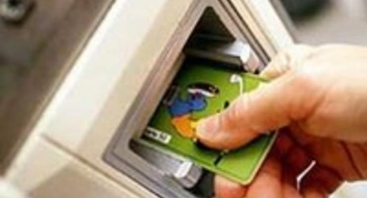 Банки ищут заемщиков среди владельцев зарплатных карточек