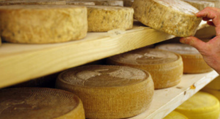 Роспотребнадзор: В Москве продолжают изымать из продажи украинский сыр