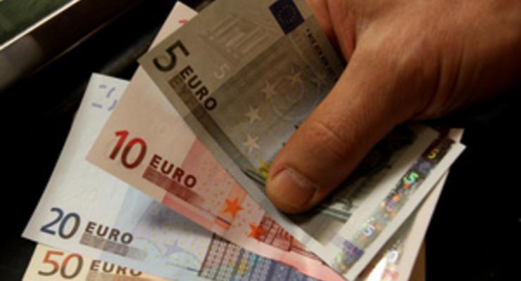 Евро упал по отношению к доллару до двухлетнего минимума