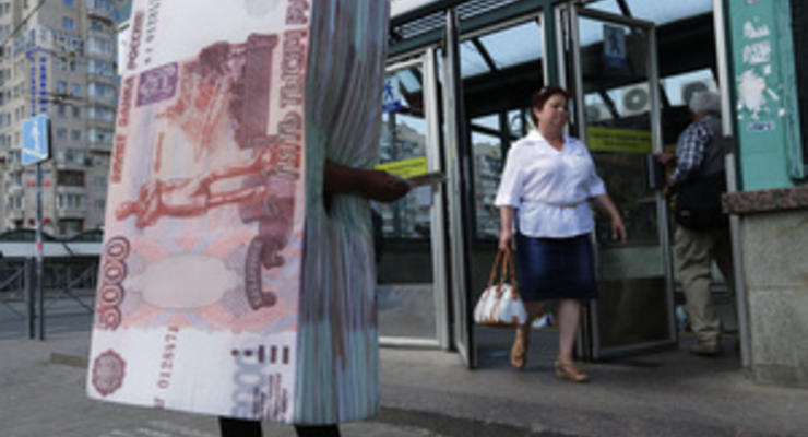 Российская валюта продолжает уверенно обесцениваться - Ъ