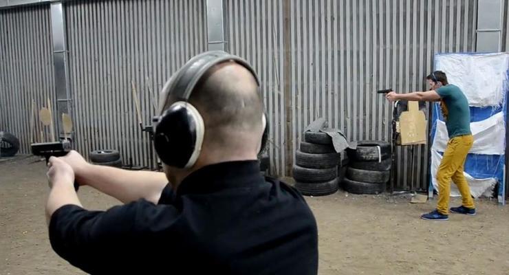 В Киеве журналистов обучают пользоваться огнестрельным оружием