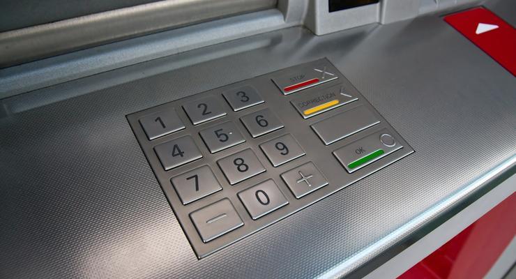 Банки стали выдавать деньги с карточек только своим клиентам