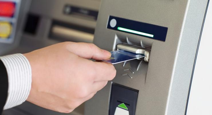 Банки продолжают вводить ограничения на снятие наличных