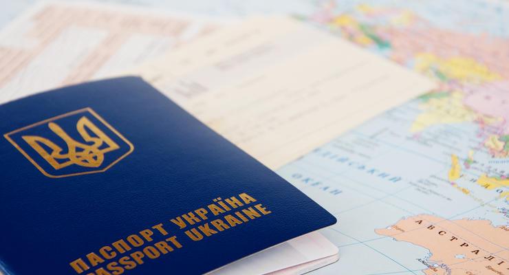 Обещанного три года ждут: Украинские загранпаспорта не стали дешевле
