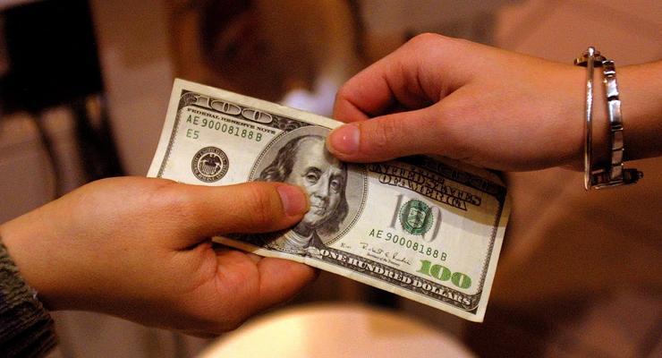 Курс доллара снизился к закрытию межбанка