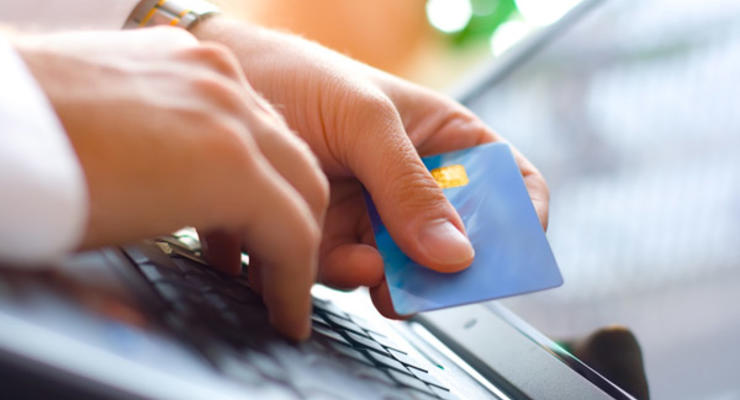 """Банки используют """"черный"""" курс  валют для расчета карточками - СМИ"""