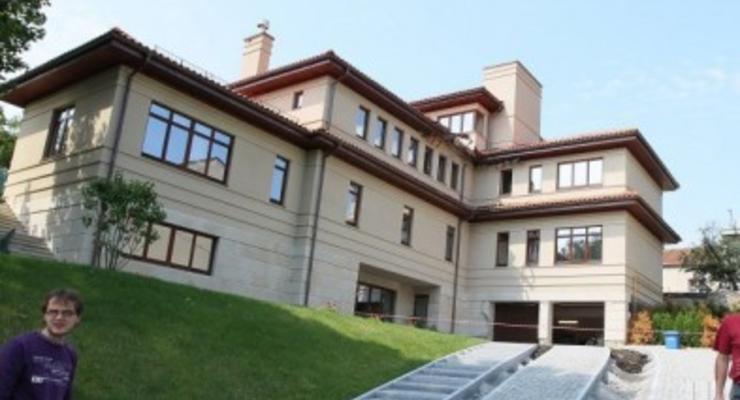 Мэр Садовой показал журналистам коттедж своей большой семьи