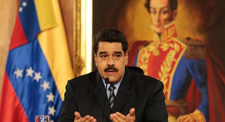 Венесуэла девальвировала национальную валюту и подняла цены на бензин