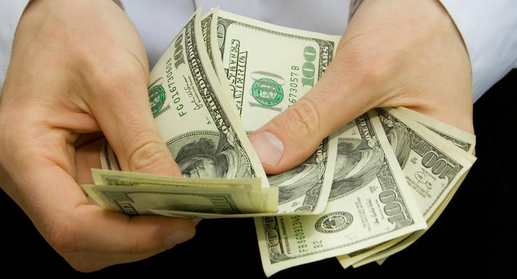 Украинцы продают валюты больше, чем покупают
