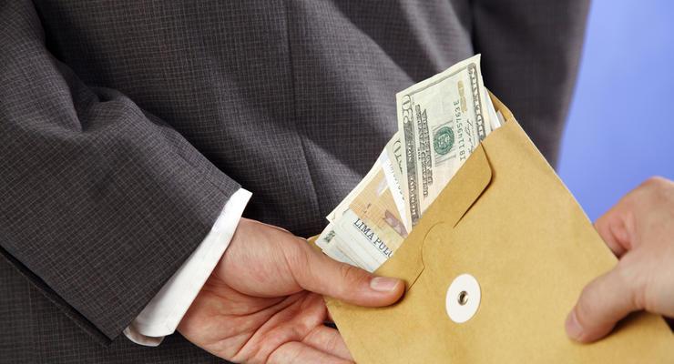 Украинцев заставят платить штраф в 125 тыс грн за зарплату в конверте