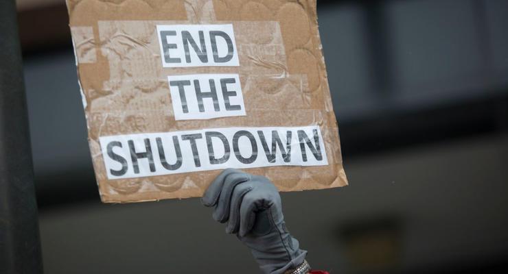 Шатдаун в США: Почти миллион госслужащих не получили зарплату
