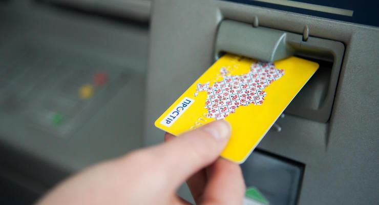 Украинцев заставят открывать банковские счета