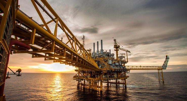 Нефть на мировых рынках продолжает вяло дешеветь