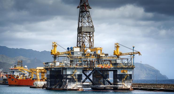 Нефть на мировых рынках во вторник несущественно дешевеет