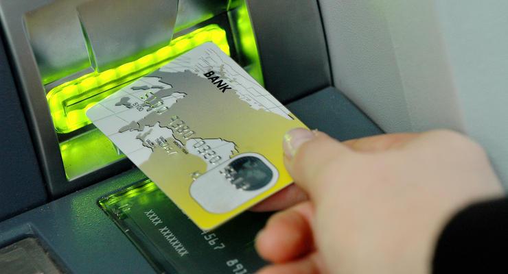 Ощадбанк продолжил действие платежных карт переселенцев