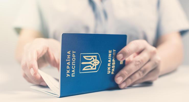 """Бумажные паспорта переводить в """"цифру"""" не будут"""